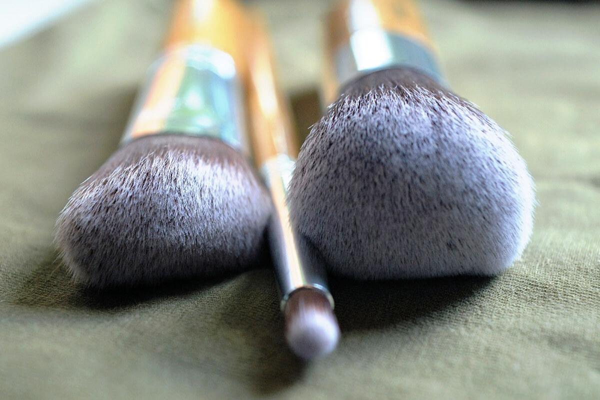 Annabelle Minerals zleva štětec na tvářenku, štětec na oční stíny a Kabuki