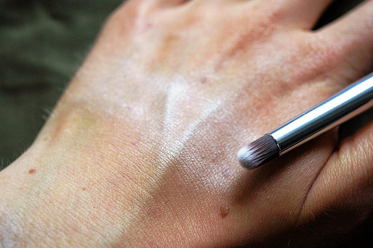 Annabelle Minerals oční stín Vanilla a štětec na roztírání očních stínů