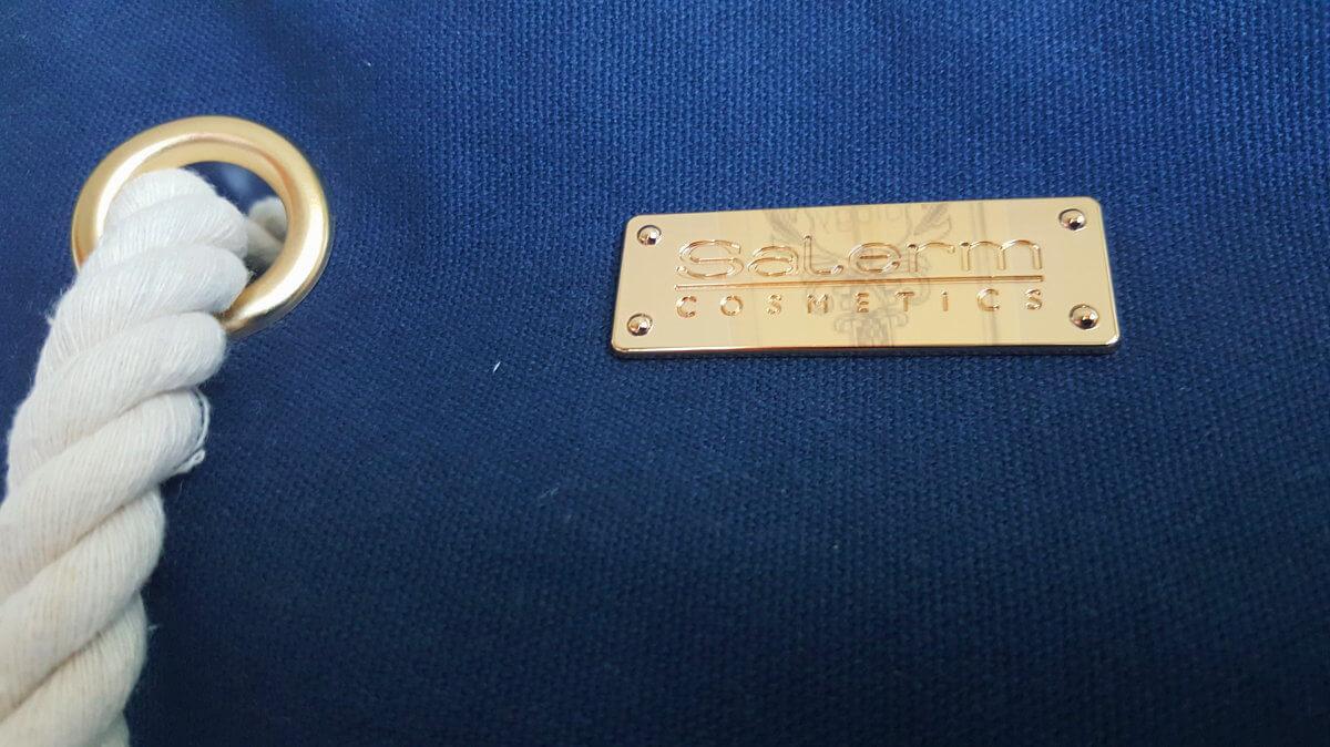 Jaký produkt společnosti Salerm Cosmetics se odráží v odznaku kabelky Salerm Cosmetics?