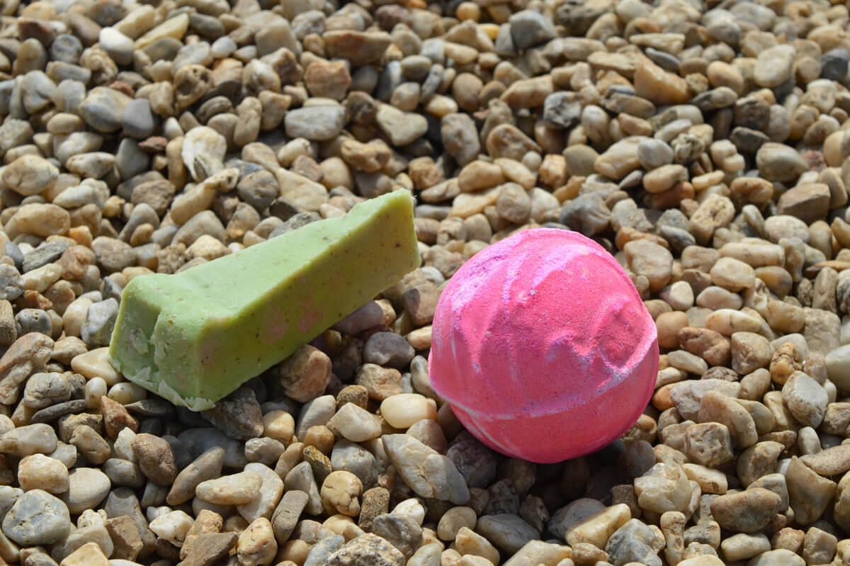 Třpytivá bomba Think Pink a mýdlový dortík Olive Tree