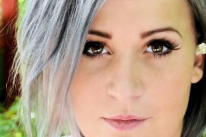 """""""Granny Hair"""" trendy šedé a stříbrné vlasy"""